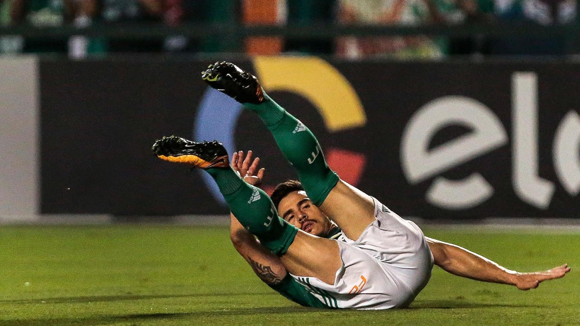 Willian fica caído durante a partida entre Palmeiras e Ponte Preta