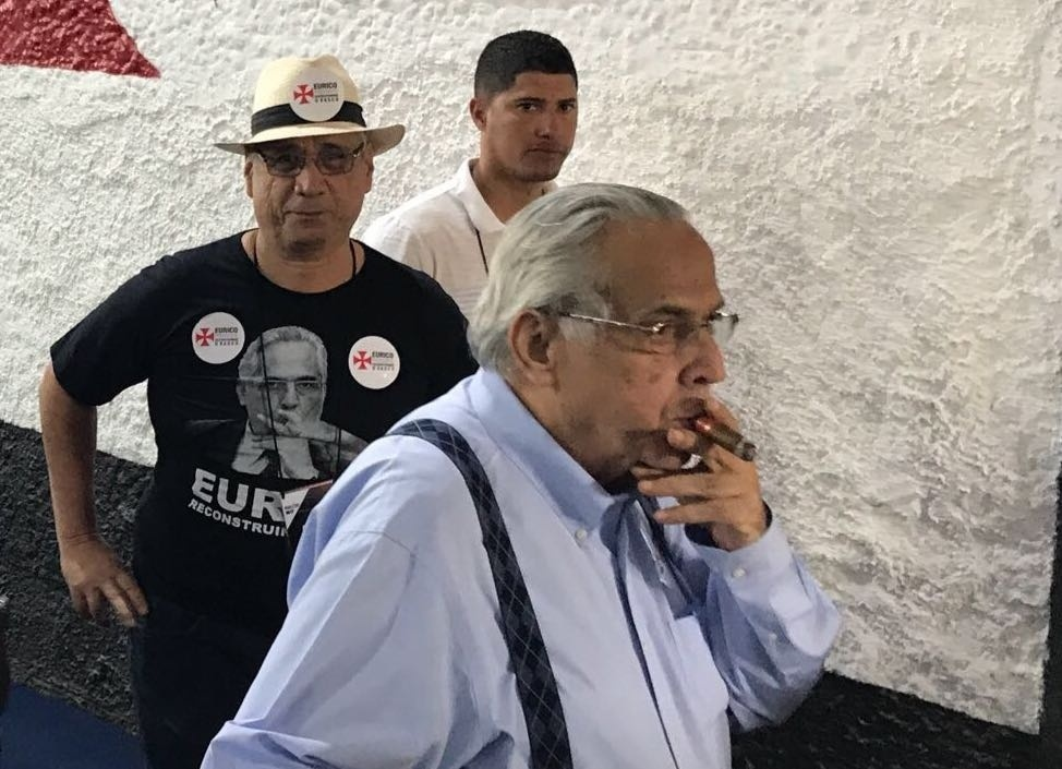 Eurico Miranda, presidente do Vasco e candidato à reeleição, passeia pelo clube com seu charuto característico