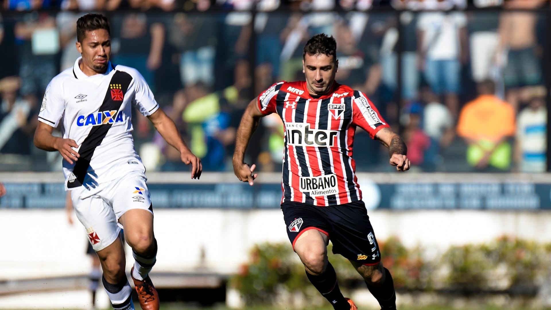 Lucas Pratto, do São Paulo, carrega a bola e é seguido por Jean, do Vasco