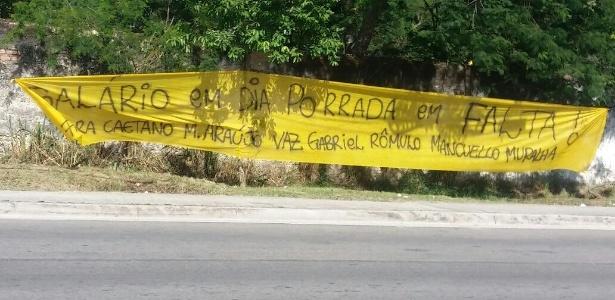 A torcida do Flamengo estendeu faixas na entrada do CT Ninho do Urubu