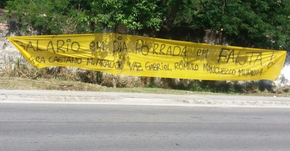 Torcida do Flamengo estendeu faixas na entrada do CT Ninho do Urubu