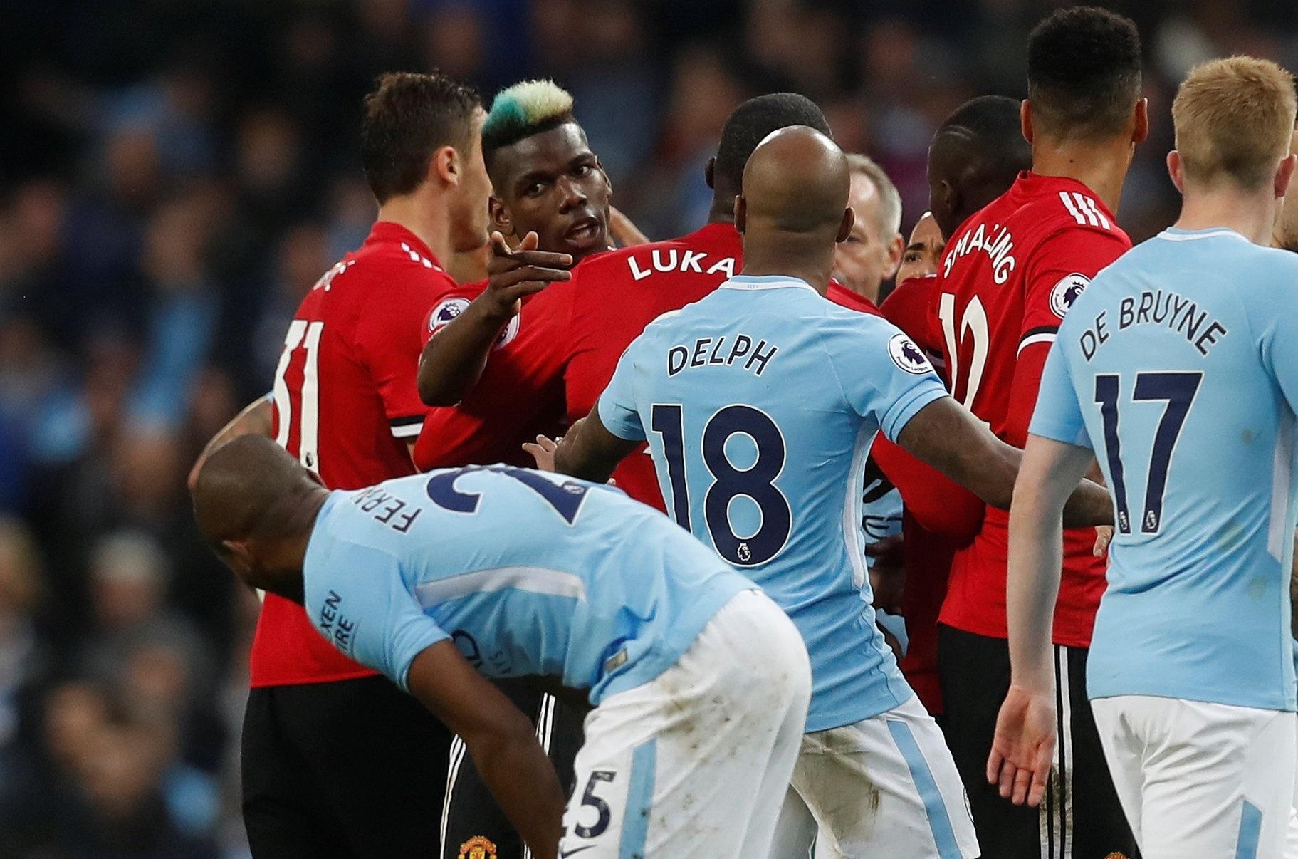 Princípio de confusão entre os jogadores de Manchester United e Manchester City
