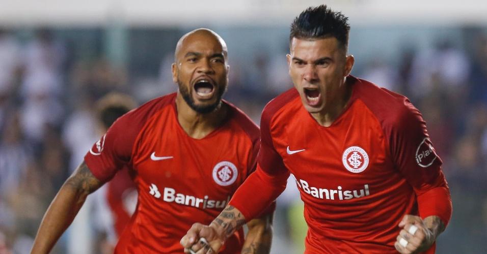 Victor Cuesta comemora gol do Internacional sobre o Santos