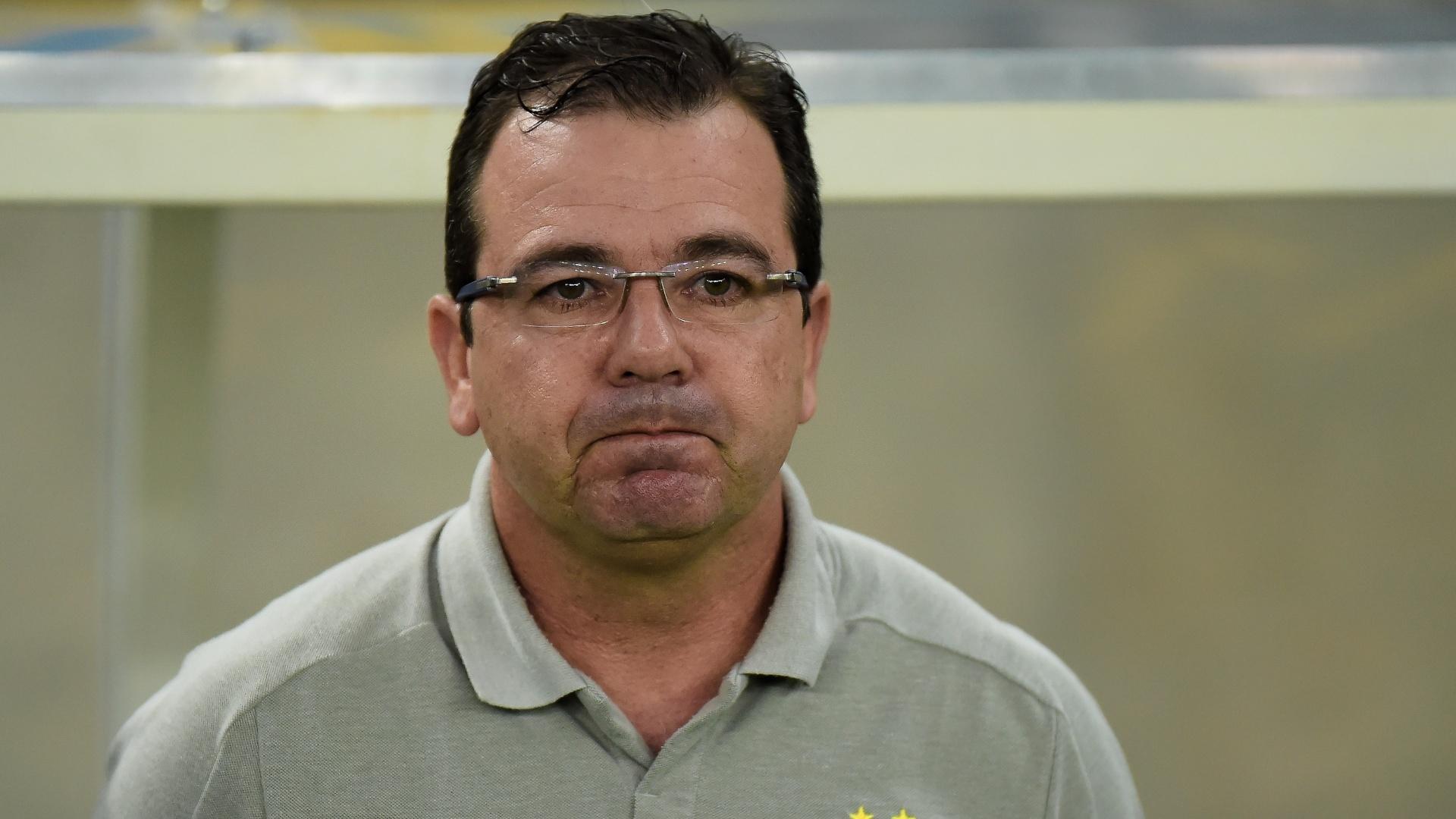 Enderson Moreira, técnico do Bahia, acompanha o jogo contra o Fluminense