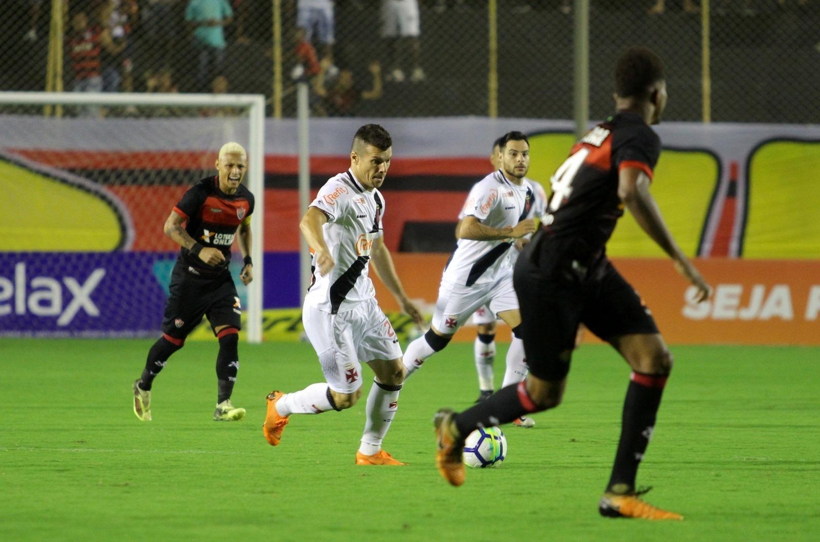 Wagner carrega a bola pelo Vasco durante jogo contra o Vitória