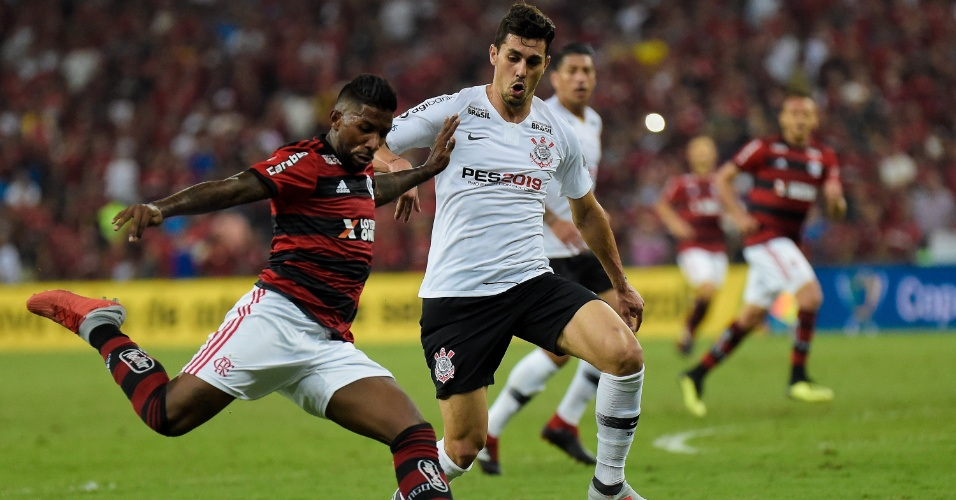 Rodinei, lateral do Flamengo, arrisca chute contra o Corinthians
