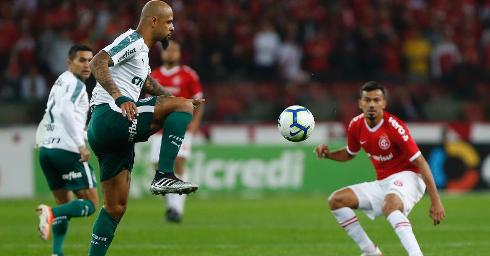 Rodrigo Lindoso, do Internacional, disputa lance com Felipe Mello, do Palmeiras, durante partida pela Copa do Brasil