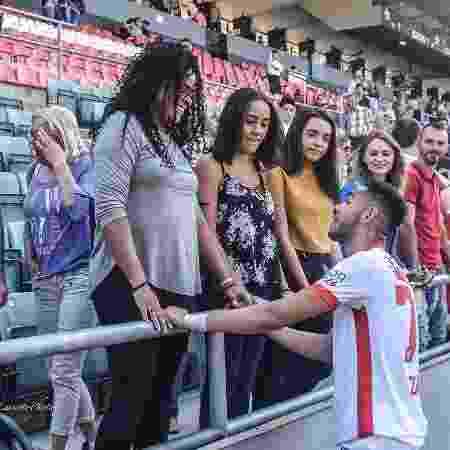 Brasileiro Matheus Cunha, então jogador do Sion, da Suíça, conversa com a mãe, a irmã e a namorada após a partida - Arquivo pessoal - Arquivo pessoal