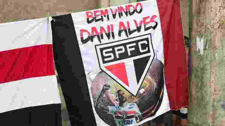 Bandeira que era vendida na porta do estádio - Bruno Braz/UOL