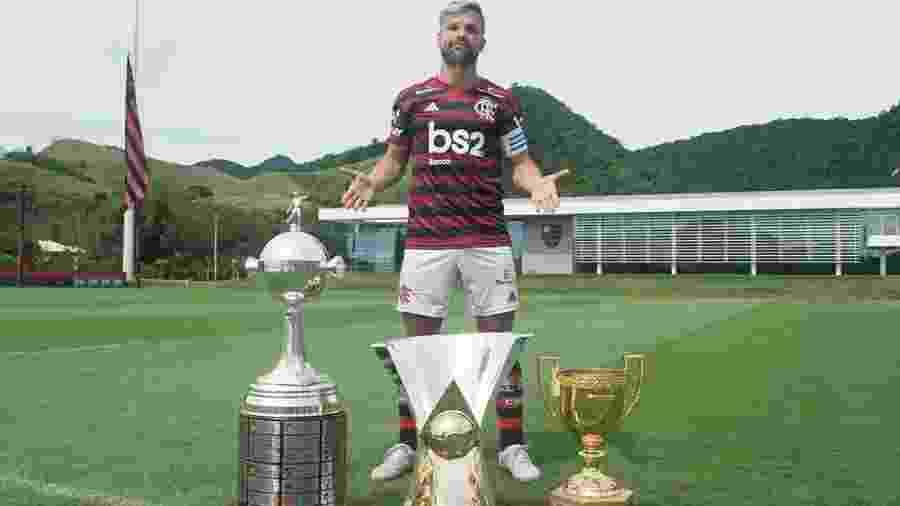 O meia Diego posa atrás das taças conquistadas pelo Flamengo em 2019: Carioca, Brasileirão e Libertadores - Reprodução/Instagram