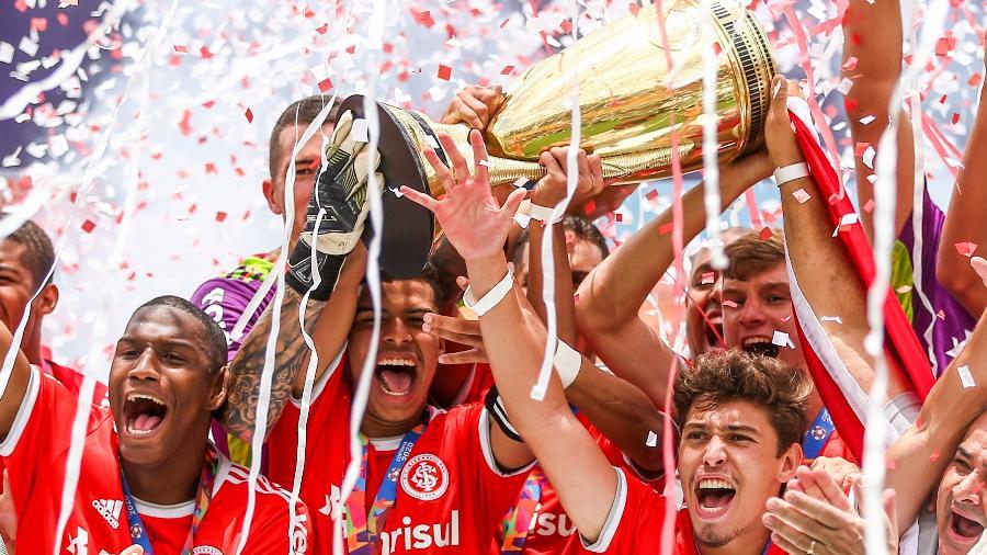 Jogadores do Internacional comemoram titulo de campeão da Copa São Paulo após vitória contra o Grêmio -  Marcello Zambrana/AGIF