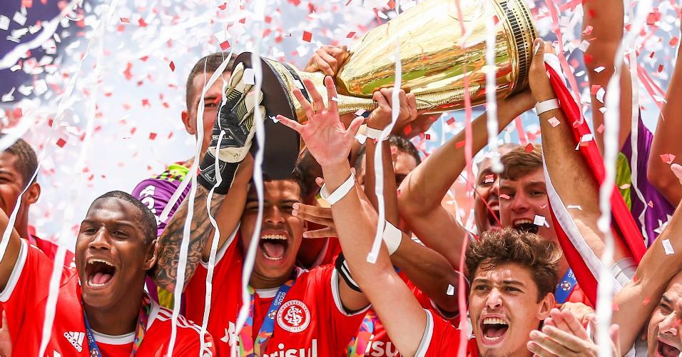 Jogadores do Internacional comemoram titulo de campeão da Copa São Paulo após vitória contra o Grêmio