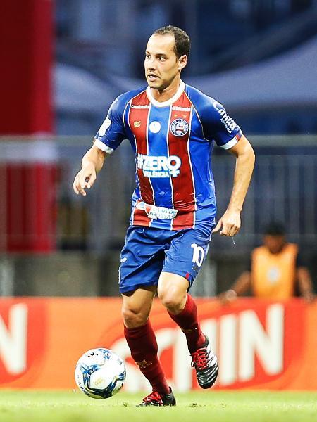 Rodriguinho carrega a bola durante sua estreia pelo Bahia, em jogo contra o Confiança-SE, pela Copa do Nordeste - Felipe Oliveira / EC Bahia