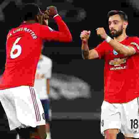 Bruno Fernandes e Pogba em partida do Manchester United contra o Tottenham - Pool/Getty Images