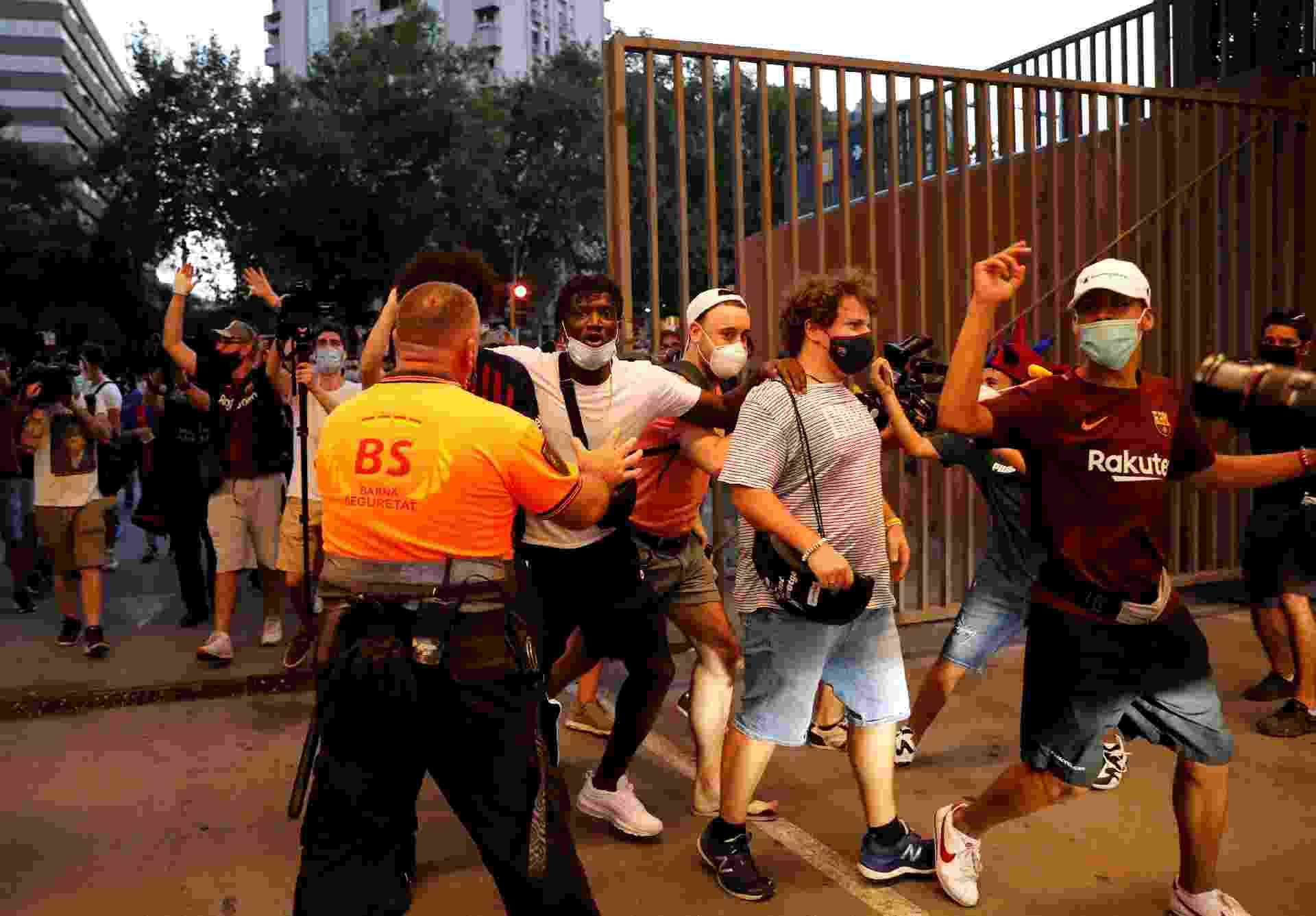 Torcedores do Barcelona invadem entrada do Camp Nou em protesto - REUTERS/Nacho Doce