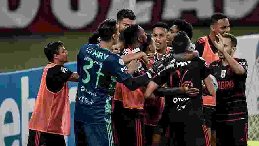 Jogadores do Flamengo comemoram gol de Lincoln, o do empate diante do Red Bull Bragantino, no Maracanã - Thiago Ribeiro/AGIF