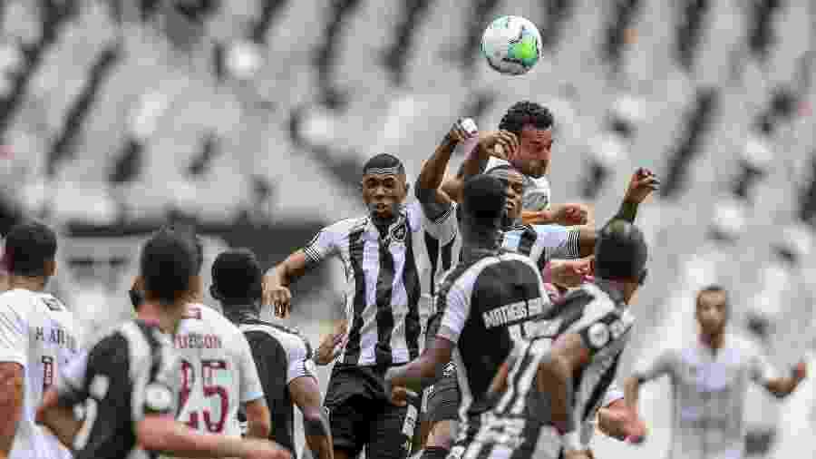 Botafogo tem sofrido com bolas aéreas nesta edição do Campeonato Brasileiro - Lucas Merçon / Fluminense F.C.