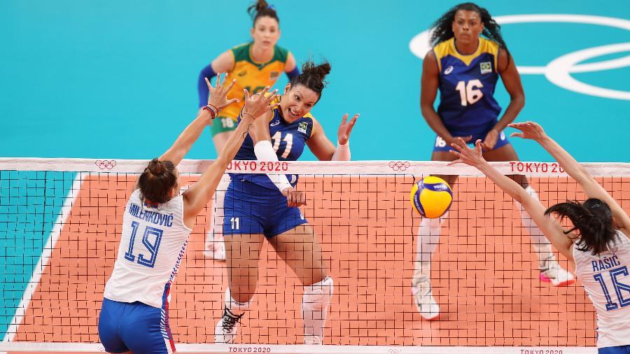 Tandara, do Brasil, no jogo contra a Sérvia, no vôlei feminino nos Jogos Olímpicos de Tóquio - Toru Hanai/Getty Images