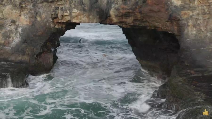 Koa Smith se arrisca em onda no meio de caverna no mar da África do Sul - Reprodução/YouTube