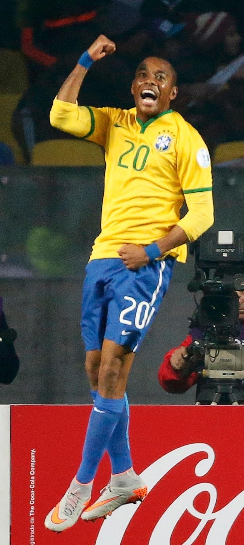 Robinho comemora primeiro gol do Brasil contra o Paraguai