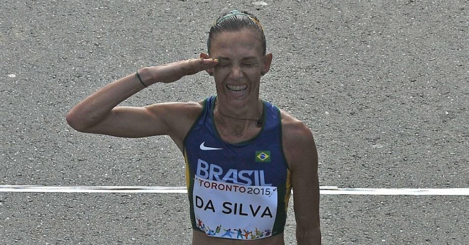Atleta militar, Adriana da Silva presta continência após completar a maratona na segunda colocação e ficar com a medalha de prata