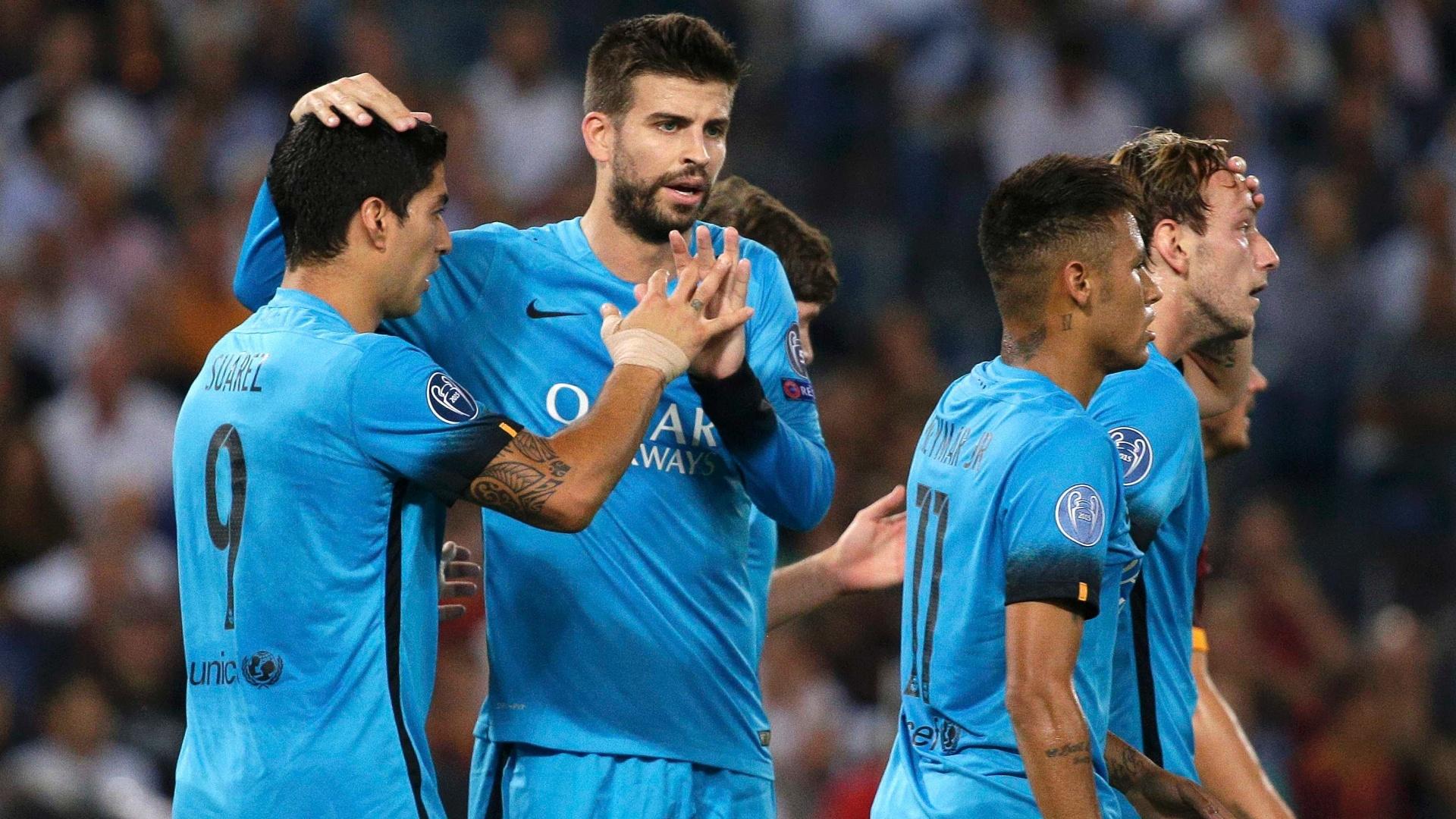 Luis Suárez comemora com Piqué após marcar para o Barcelona contra a Roma pela Liga dos Campeões