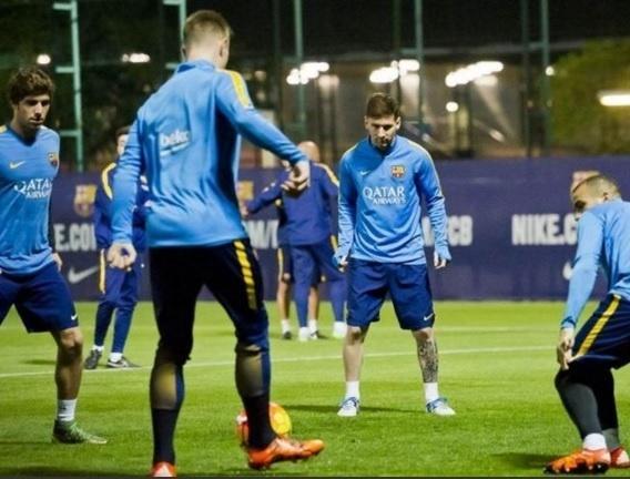 Messi volta a treinar com elenco do Barcelona após dois meses afastado