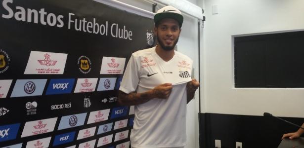 Paulinho posa com a camisa do Santos nesta quarta-feira (06)