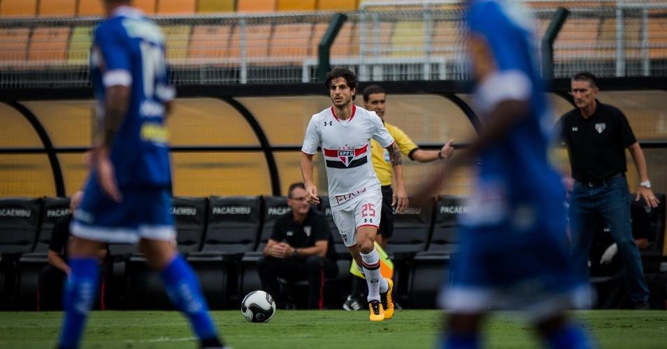 Hudson tenta armar a jogada para o São Paulo no duelo contra o Rio Claro, no Paulista