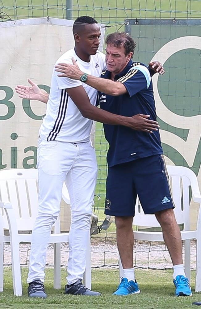 Zagueiro colombiano Mina é recebido pelo técnico Cuca em Atibaia