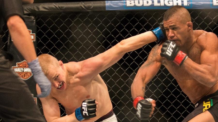 Lukasz Sajewski arrisca golpe em Gilbert Durinho - Rigel Salazar/Ag Fight