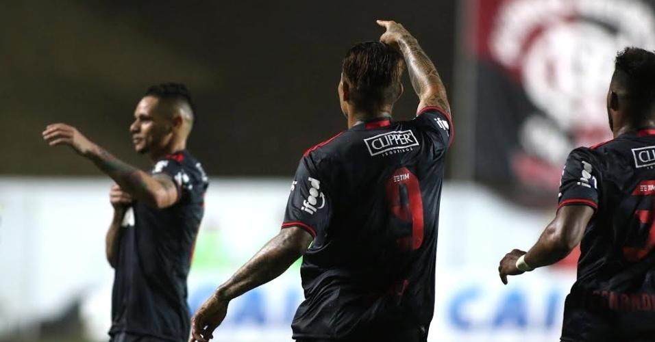 Guerrero aponta para o lateral Pará após marcar o gol na vitória sobre o América-MG
