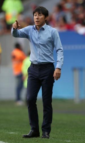 Taeyong Shin, técnico da Coreia do Sul, orienta seus jogadores do banco de reservas na partida contra o México