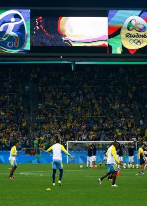 Time brasileiro se aquece bno Itaquerão antes da partida contra a Colômbia - Alexandre Schneider/Getty