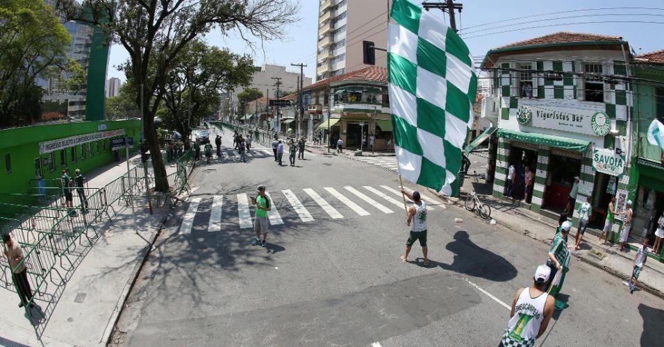 Poucas bandeiras estavam no entorno do estádio perto do meio dia