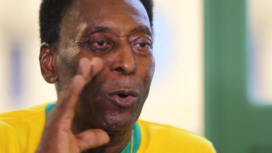 Pelé assopra velinhas no seu 77º aniversário - UOL