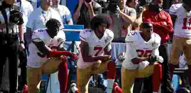 49ers ajoelham durante hino dos EUA - AFP PHOTO / GETTY IMAGES NORTH AMERICA / OTTO GREULE JR - AFP PHOTO / GETTY IMAGES NORTH AMERICA / OTTO GREULE JR