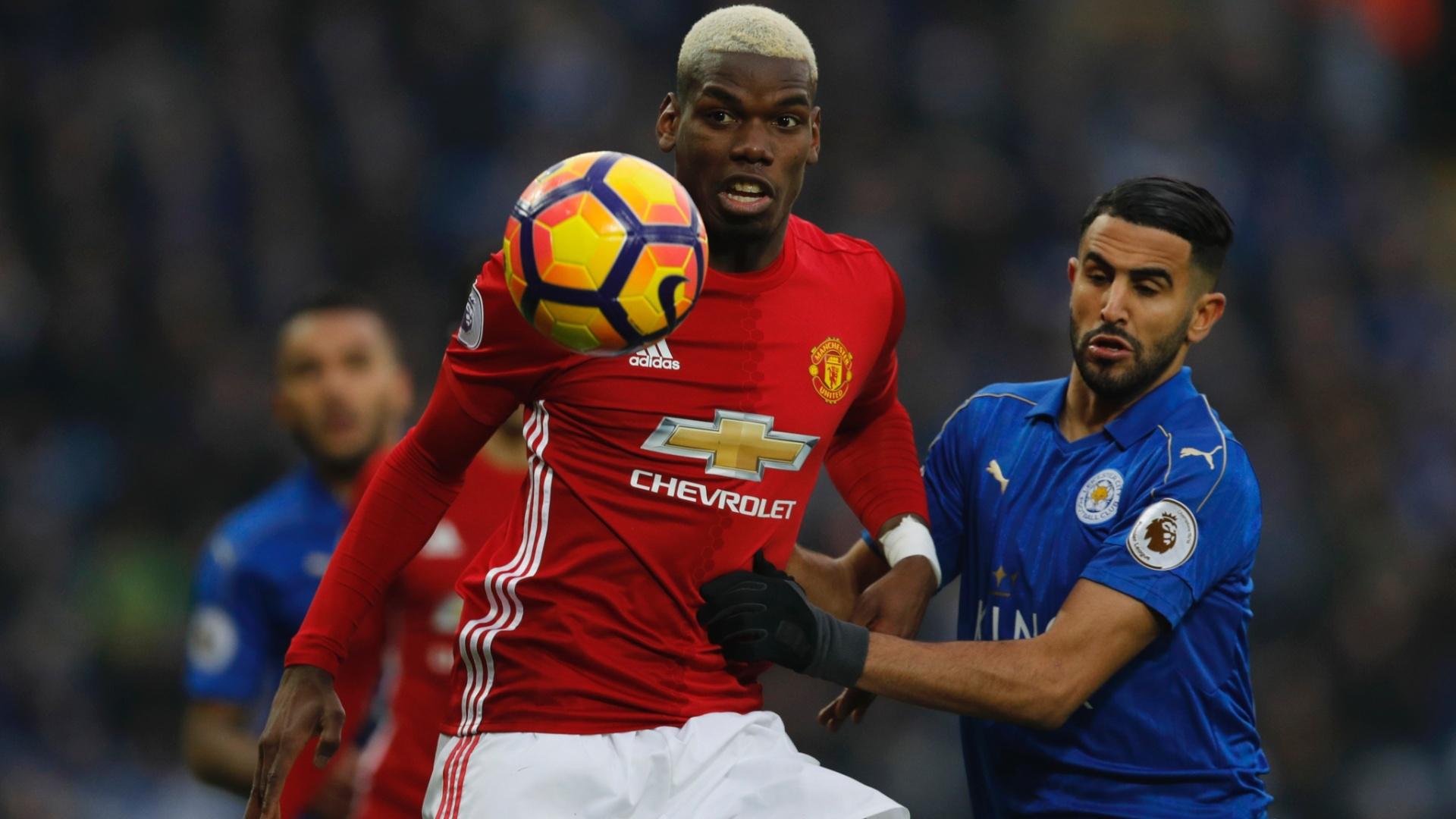 Pogba, do United, luta para dominar a bola em partida contra o Leicester