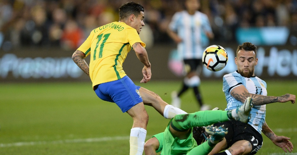 Phillipe Coutinho tem chute travado durante amistoso Brasil x Argentina