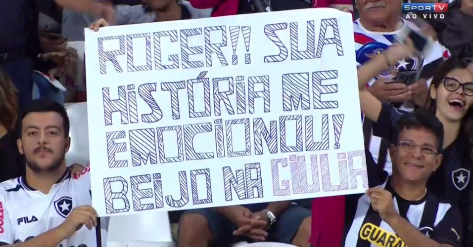 Torcedores do Botafogo exibem faixa em homenagem à filha do atacante Roger
