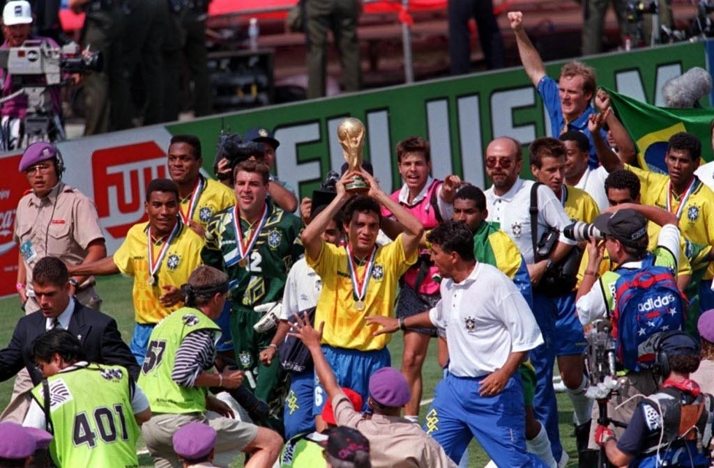 Branco carrega a taça na comemoração da conquista da Copa do Mundo de 1994