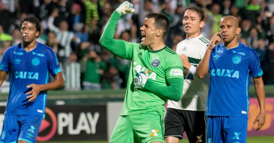 Goleiro Wilson comemora gol do Coritiba contra o Avaí
