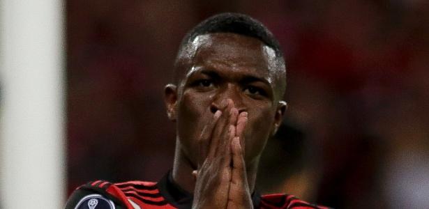 O atacante Vinicius Júnior lamenta chance desperdiçada no Maracanã