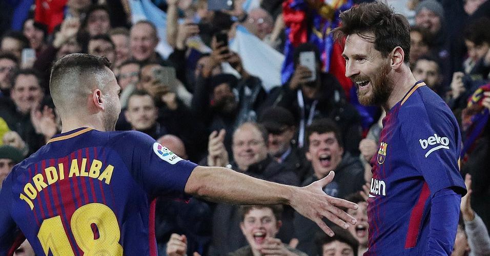 Jordi Alba comemora com Messi o gol do Barcelona diante do Espanyol