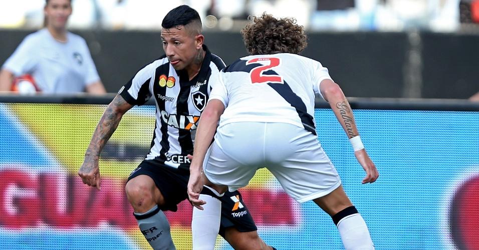 Leo Valencia em lance do clássico entre Botafogo e Vasco, pela final do Carioca