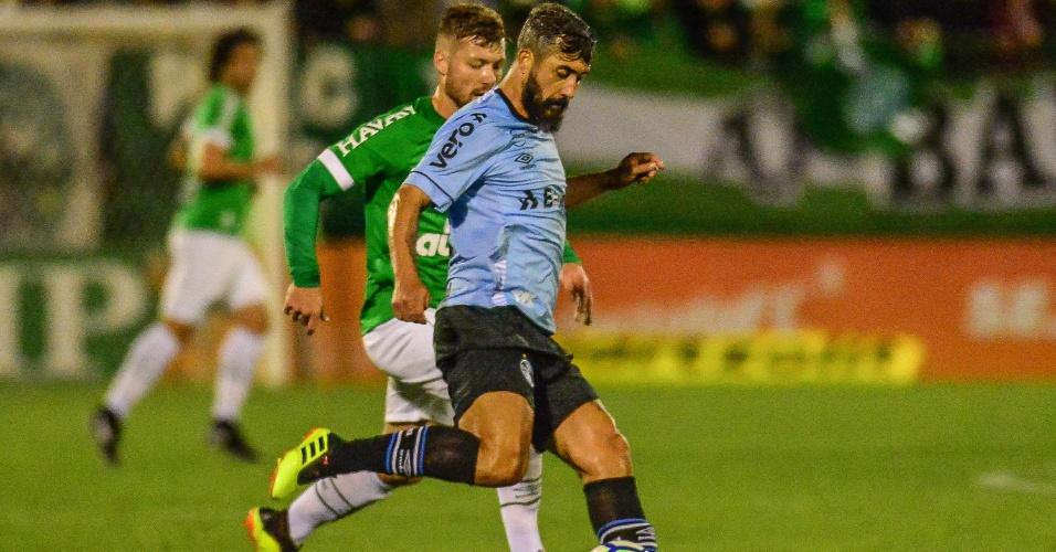 O meia Douglas foi titular do Grêmio diante da Chapecoense
