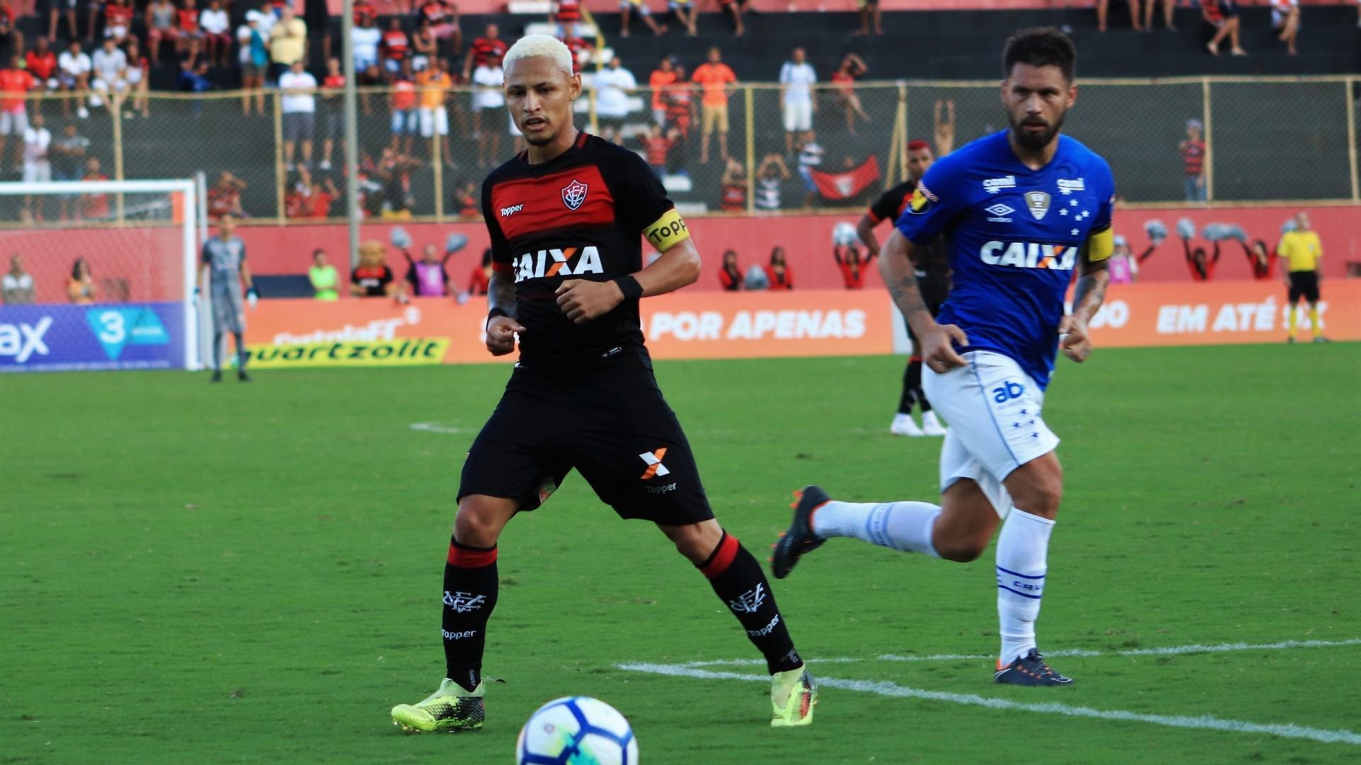 Neilton protege bola na partida entre Vitória e Cruzeiro no Barradão pelo Campeonato Brasileiro 2018