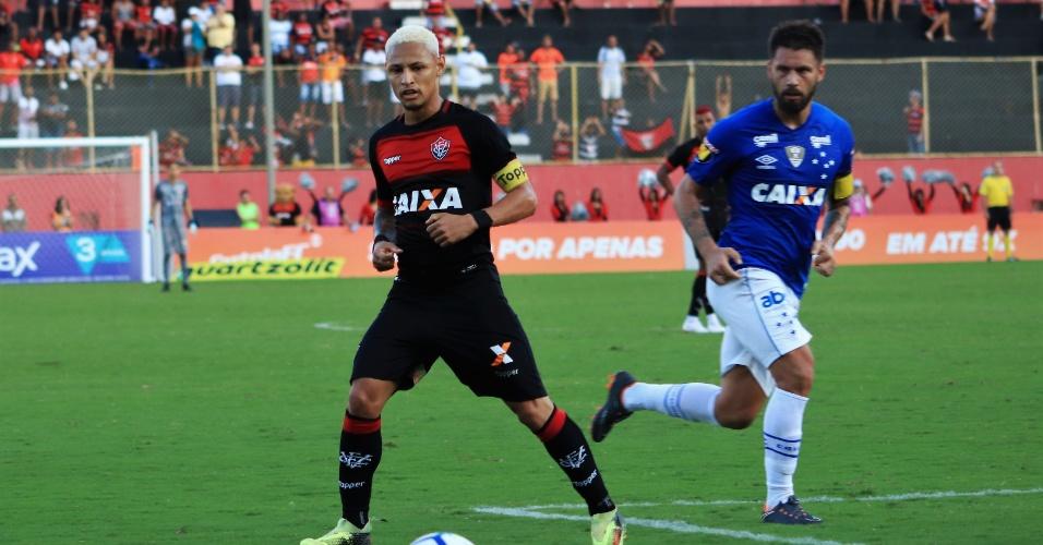 cddf92a9fd Neilton protege bola na partida entre Vitória e Cruzeiro no Barradão pelo  Campeonato Brasileiro 2018