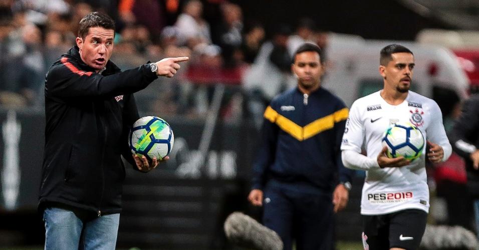 O técnico Osmar Loss orienta o Corinthians na partida contra o Grêmio, em Itaquera