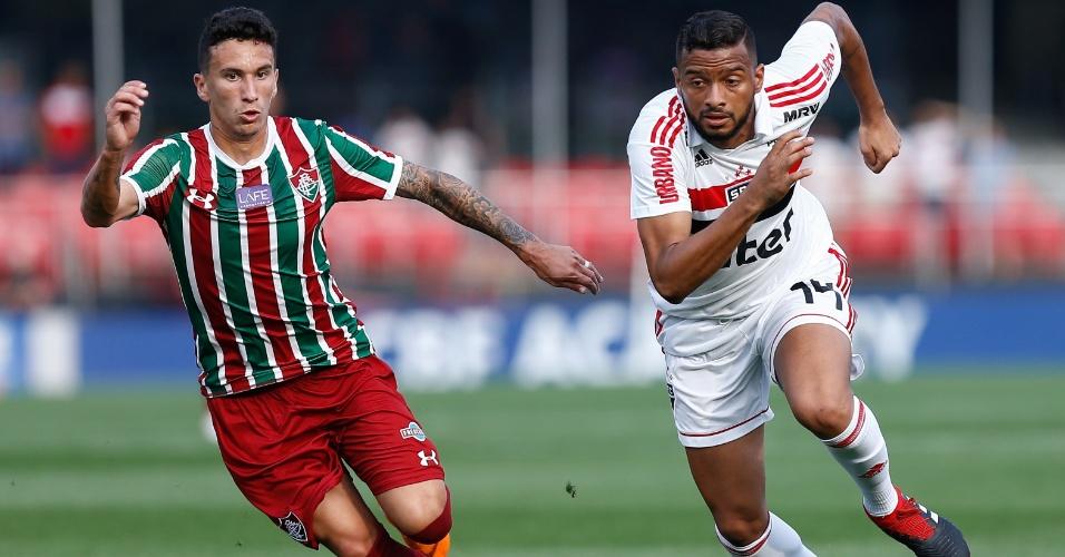 Reinaldo, do São Paulo, disputa jogada com Dodi, do Fluminense